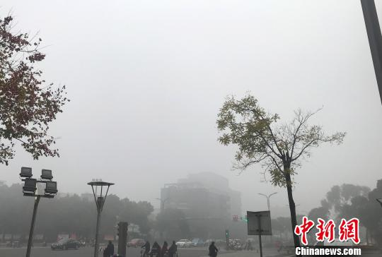图为古城扬州灰蒙蒙,能见度小,城市建筑在雾霾中隐身。 崔佳明 摄