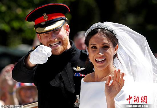 2018年5月19日,英国温莎城堡圣乔治教堂,哈里王子大婚,仪式结束后和妻子梅根坐在马车上。DAMIR SAGOLJ