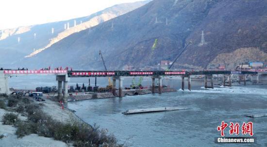 资料图:经过抢险人员连续7个昼夜的艰苦奋战,川藏交界的国道318公路金沙江大桥战备钢桥成功合龙。中新社发 杨继明 摄