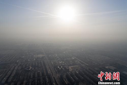 11月30日,山西省太原市被雾霾笼罩。据当地气象台发布消息显示,太原实时空气质量指数全天在238左右徘徊,达到重度污染。中新社记者 韦亮 摄