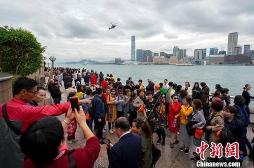 资料图:内地游客在金紫荆广场滨海长廊观光。中新社记者 张炜 摄