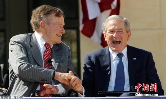 两夫妇共有6个子女,其中包括美国前总统小布什和佛罗里达州前州长杰布・布什。图为2013年4月25日,乔治・赫伯特・沃克・布什(左)和乔治・沃克・布什握手。(资料图)