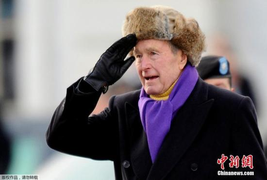 1974年至1975年,老布什任美国驻北京联络处主任。回国后,他的政治生涯可谓一帆风顺,先后出任中央情报局局长、副总统。1988年美国大选,老布什战胜民主党对手迈克尔・杜卡基斯入主白宫。图为2009年1月20日,乔治・赫伯特・沃克・布什出席在华盛顿举行的第44任美国总统宣誓就职典礼。(资料图)
