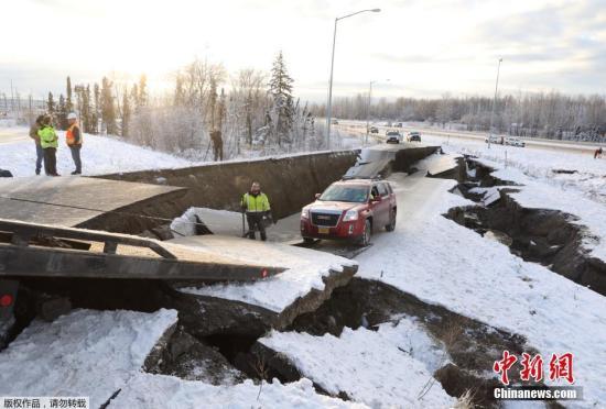 当地时间2018年11月30日,美国阿拉斯添州安克雷奇市,地面道路因地震发生塌陷,车辆被困。当天,美国阿拉斯添州南部发生地震,震中位于阿拉斯添州最大城市安克雷奇以北约13公里处,震源深度40.9公里。