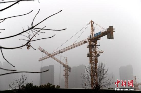 资料图:被大雾笼罩的郑州市区。 中新社记者 王中举 摄