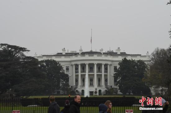 当地时间12月1日,美国白宫等当局机构降半旗,向去逝的前总统老布什致悲。乔治·H·W·布什是美国第41任总统,于11月30日晚在息斯敦去逝,享年94岁。 中新社记者 陈孟统 摄