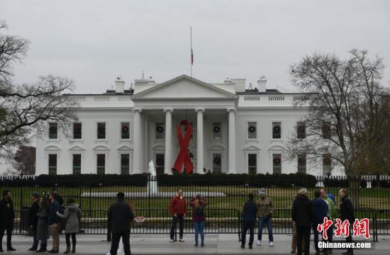 当地时间12月1日,美国白宫等政府机构降半旗,向逝世的前总统老布什致哀。乔治·H·W·布什是美国第41任总统,于11月30日晚在休斯敦逝世,享年94岁。 中新社记者 陈孟统 摄