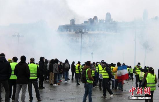 当地时间12月1日,巴黎再次发生大规模示威活动。数以千计示威者聚集在凯旋门,凯旋门周边地区笼罩在催泪瓦斯的烟雾中。<a target='_blank' href='http://www.chinanews.com/'>中新社</a>记者 李洋 摄