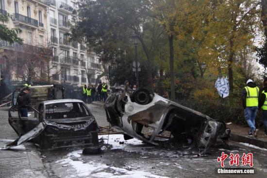 当地时间12月1日,巴黎再次发生大规模示威活动。数以千计示威者聚集在凯旋门,多辆汽车被损毁。 <a target='_blank' href='http://www.chinanews.com/'>中新社</a>记者 李洋 摄