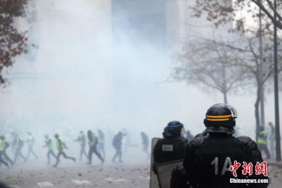 当地时间12月1日,巴黎再次发生大规模示威活动。示威者聚集在凯旋门。巴黎警方向示威者施放催泪瓦斯,试图将示威者驱散。 <a target='_blank' href='http://www.chinanews.com/'>中新社</a>记者 李洋 摄