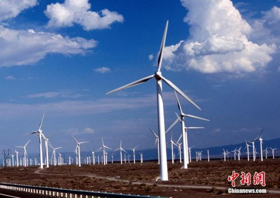 材料图:中国最年夜的风力收电场新疆达坂乡的风力收机电群正在顶风运转。a target='_blank' href='http://www.chinanews.com/'中新社/a收 摄
