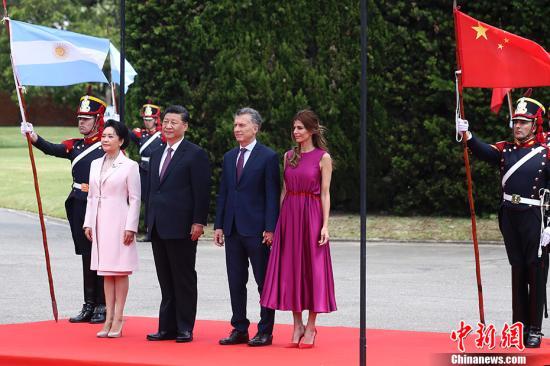 当地时间12月2日,中国国家主席习近平同阿根廷总统马克里在布宜诺斯艾利斯举走座谈。座谈前,马克里在总统官邸荣誉广场为习近平举走隆重迎接仪式。中新社记者 盛佳鹏 摄
