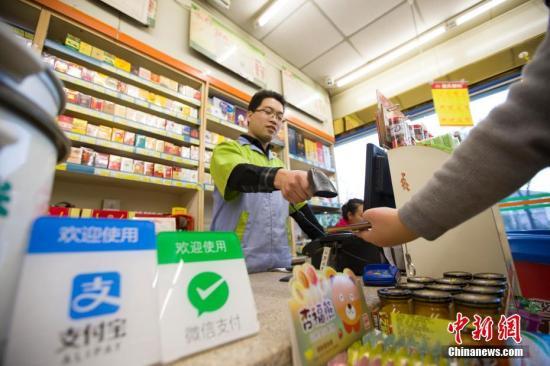 图为2016年12月1日,山西太原,民众正在使用手机支付。中国网络经济在几年间发展迅速,主要体现在移动支付和共享经济等方面。<a target='_blank' href=
