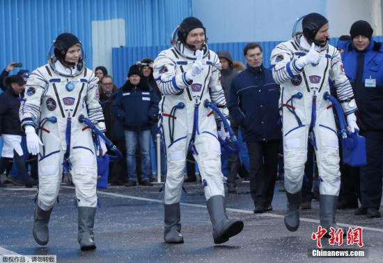 """材料图:俄""""同盟MS-11""""号载人飞船收射降空,三名宇航员筹办停当。"""