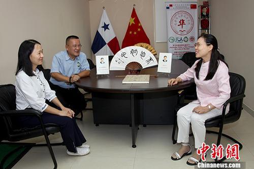 图为11月22日,巫俊辉(中)与学院教师李俊芬(右)、潘静讨论教学工作。 <a target='_blank' href='http://www.chinanews.com/'>中新社</a>记者 余瑞冬 摄