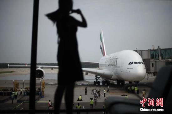 �D��2010年8月1日,阿�酋航空正式�⒂每罩芯�o霸空客A380客�C�田w迪拜往返北京航�。中新社�者 盛佳�i �z