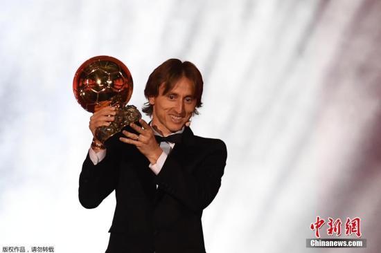 资料图:当地时间2018年12月3日,法国巴黎,2018金球奖颁奖仪式,效力于西甲皇家马德里队的克罗地亚中场球员莫德里奇荣膺2018年金球奖,打破C罗与梅西过往十年对该奖项的垄断。