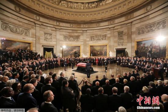资料图:当地时间12月3日,前总统老布什的灵柩运抵美国华盛顿,在国会大厦举行悼念仪式。