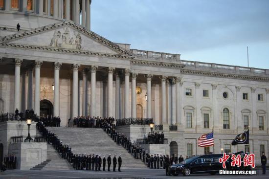 当地时间12月3日薄暮,美国前总统乔治·赫伯特·沃克·布什(老布什)灵柩运抵华盛顿国会山。中新社记者 陈孟统 摄