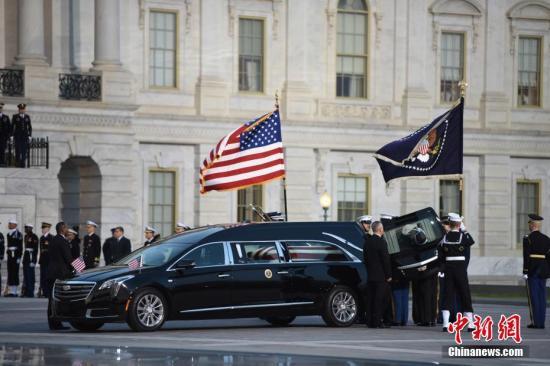 当地时间12月3日傍晚,美国前总统乔治・赫伯特・沃克・布什(老布什)灵柩运抵华盛顿国会山。中新社记者 陈孟统 摄