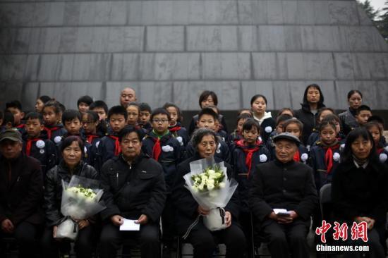 南京大屠杀死难者遗属诵家书祭亲人