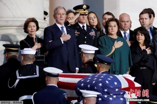 美国第41任总统乔治・赫伯特・沃克・布什(老布什)的灵柩从他的家乡休斯顿运抵首都华盛顿市郊,他的遗体将从当天晚上开始放于国会圆形大厅,供民众瞻仰。
