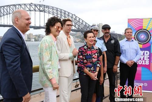 12月4日,悉尼市政府在悉尼歌剧院外举行新闻发布会,相关机构介绍了跨年庆典筹备情况。 图为出席发布会的嘉宾合影。中新社记者 陶社兰 摄