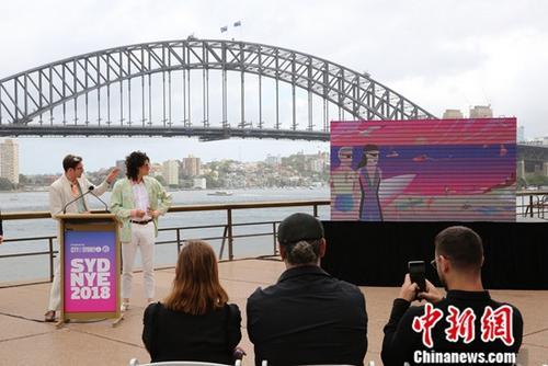 """12月4日,悉尼市政府在悉尼歌剧院外举行新闻发布会,相关机构介绍了跨年庆典筹备情况。 图为澳大利亚本土流行歌舞二人组合Client Liaison,介绍庆典独创全新""""音乐时刻(music moment)""""。中新社记者 陶社兰 摄"""