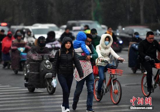 资料图:民众雪中出行。 <a target='_blank' href='http://www-chinanews-com.dcqtsjy.com/'>中新社</a>记者 翟羽佳 摄