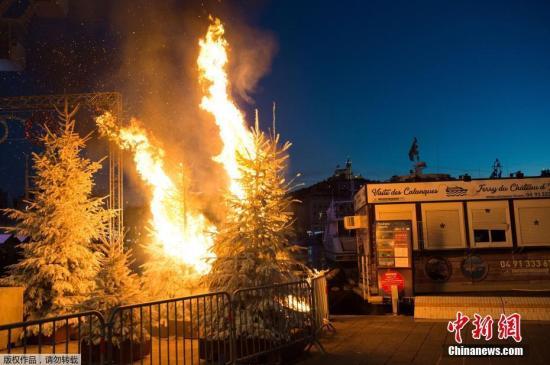 """资料图:法国民众为抗议政府增加燃料税,开展了""""黄背心""""运动,抗议活动最终演变为了大规模的暴乱。图为抗议活动中街头的圣诞树被点燃。"""