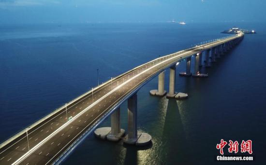 资料图:港珠澳大桥夜景。记者 麦尚�F 摄