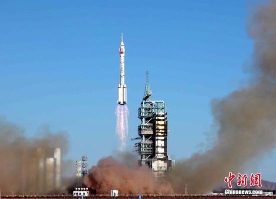 """2003年10月15日,中国首位航天员杨利伟乘坐的""""神舟""""五号载人飞船,上午九时整在酒泉卫星发射中心载人航天发射场成功发射升空。中新社记者 孙自法 摄"""