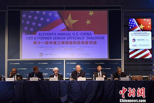 当地时间12月4日,第十一轮中美工商领袖和前高官对话在华盛顿举行。中国国际经济交流中心理事长曾培炎(右三),美国全国商会会长、首席执行官托马斯・多诺霍(左三)等出席对话。