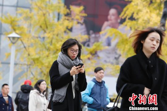 资料图:市民全身包裹着行走在上海街头。 殷立勤 摄