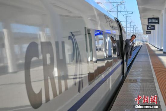 """12月6日,一列动车组列车准时驶离沈阳站,抵达朝阳站,标志着京沈高铁辽宁段模拟载客试运行已经""""满月"""",开通运营进入倒计时。京沈高铁是国家规划的""""八纵八横""""高铁网的重要组成部分,也是东北地区入关最快捷的通道。全线建成通车后,北京至沈阳的旅行时间将缩短至2.5小时左右。<a target='_blank'  data-cke-saved-href='http://www.chinanews.com/' href='http://www.chinanews.com/'>中新社</a>记者 于海洋 摄"""