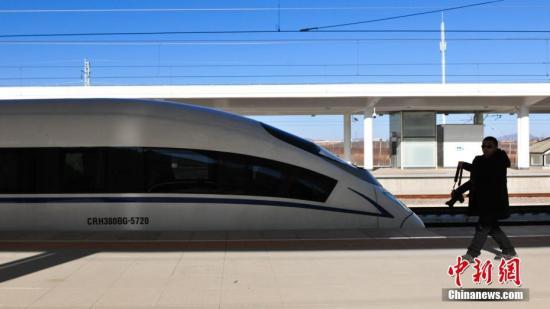 一位记者从列车前经过。<a target='_blank' href='http://www-chinanews-com.yssold.com/'>中新社</a>记者 于海洋 摄