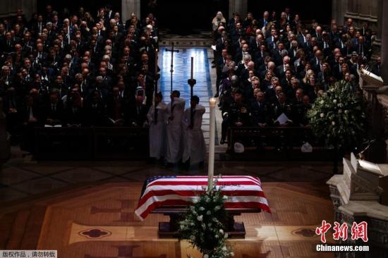 内地时刻2018年12月5日,美国第41任总统老布什葬礼在美国国度大教堂进行,美国现任和前任总统纷纷出席典礼。老布什于11月30日晚归天,享年94岁。