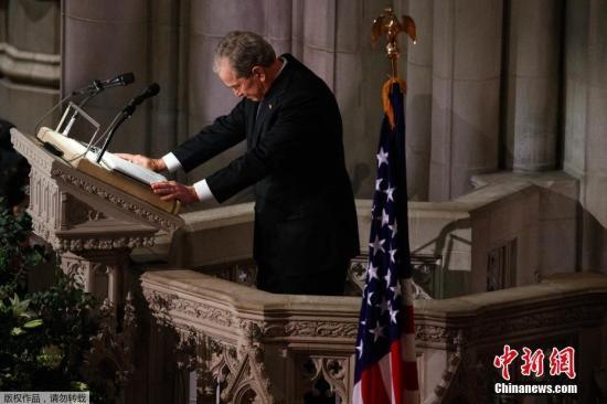 内地时刻2018年12月5日,美国第41任总统老布什葬礼在美国国度大教堂进行,美国现任和前任总统纷纷出席典礼。老布什于11月30日晚归天,享年94岁。图为美前总统小布什在父亲葬礼上致悼词。