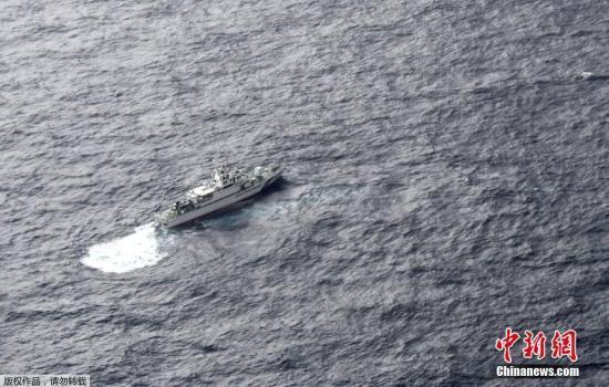美国海军陆战队声明表示,获救者正在接受医生评估,对其余6人的搜救行动仍在继续。报道称,此次事故所涉及的飞机系从驻日美军岩国基地起飞,发生事故时正在进行定期常规训练。图为当地时间12月6日,日本海上警卫队船只正在搜寻失踪美军士兵。