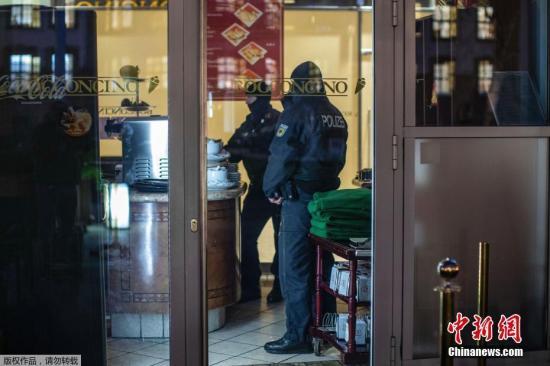 资料图:2018年12月,据报道,意大利、荷兰、德国和比利时警方,共同参与了此次跨国联合抓捕行动,90名黑手党成员被警方拘捕。其中意大利警方抓捕了41名疑犯,德国抓捕了21人,比利时14人,荷兰5人。图为当地时间12月5日,警察突袭德国杜伊斯堡的一家咖啡馆。
