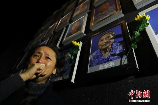 12月6日,侵华日军南京大屠杀遇难同胞纪念馆为最近去世的南京大屠杀幸存者王秀英、赵金华、陈广顺举行熄灯、悼念仪式。图为赵金华的女儿赵敏参加熄灯悼念仪式。中新社记者 泱波 摄