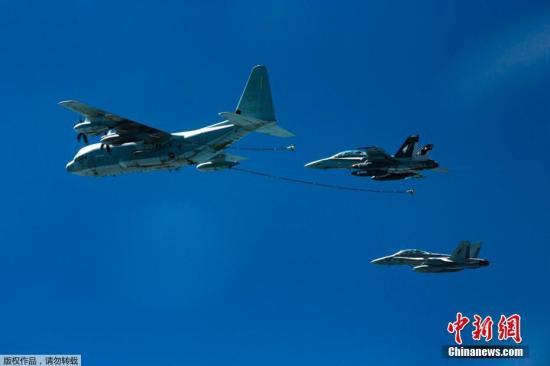日媒援引日本防卫省消息称,6日凌晨1点40分前后,在高知县室户岬以南约100公里上空,隶属山口县岩国市美海军陆战队岩国基地的KC-130空中加油机和FA-18战斗攻击机触碰后在海上坠落。日本自卫队救起了1人。图为C-130加油机在进行空中输油作业。(资料图片)