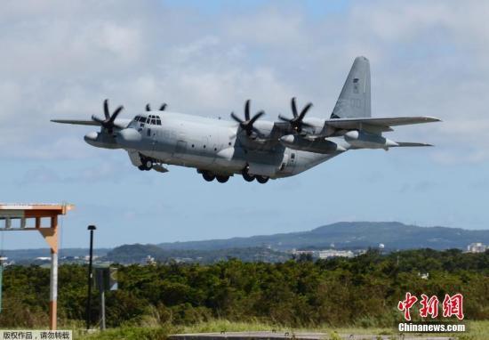 """根据驻日美∞军的一份声明,事故发生在当地时间凌晨2时左右,一架F-18战斗机和一架C-130加油机,""""在距离�u日本海岸约200英里处→发生事故""""。图为C-130加油机。(资料图片)"""