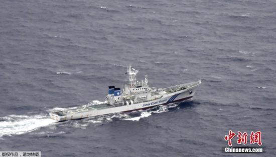 当地时间12月6日凌晨1时40分左右,驻日美军一战斗机和一空中加油机在高知县室户岬以南约100公里上空触碰后坠落于海上。图为当地时间12月6日,日本海上警卫队船只正在搜寻失踪美军士兵。