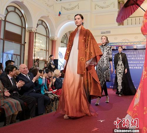 """""""丝路映像""""中国时装艺术精品展柏林开幕"""