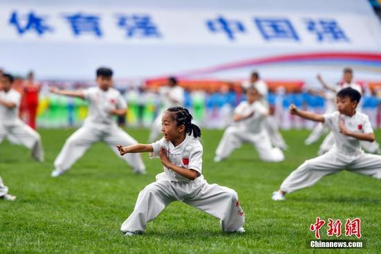 """改革开放40年来中国的体育发展,成就辉煌,世人瞩目。各领域体育工作改革全面推进;竞技体育发展基础更加牢固;体育产业实现跨越式发展;体育对外交往更加活跃。2018年8月8日,新疆维吾尔自治区""""新时代全民健身动起来""""""""全民健身日""""活动在乌鲁木齐启动。中新社记者 刘新 摄 (图文整理 徐曦弋)"""