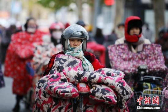 """资料图:市民""""全副武装""""骑车出行。<a target='_blank' href='http://www.chinanews.com/'>中新社</a>发 司伟 摄 图片来源:CNSPHOTO"""