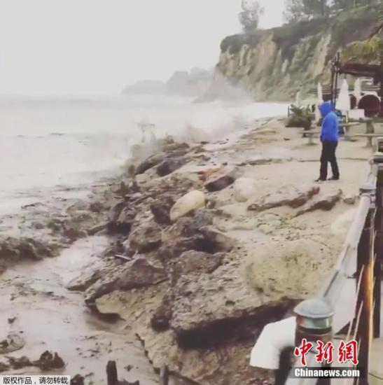 资料图:当地时间2018年12月6日,美国加州马利布遭遇暴雨天气,海滩遭泥流冲击,泥浆直扑大海。