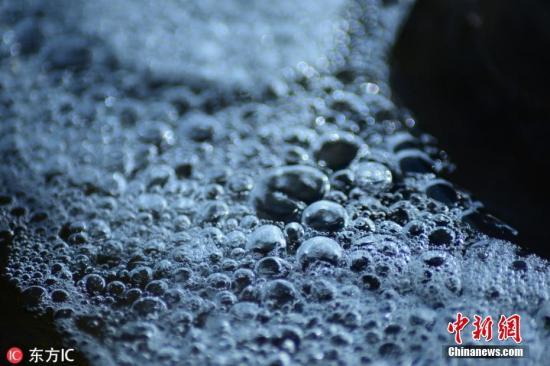"""2018-12-12,新疆巴音郭楞蒙古自治州库尔勒市,""""大雪""""节气前,孔雀河出现美丽的冰凌,河面开始封冻。在即将封冻的河面上,野鸭游弋觅食;在激流处,冰雪唯美如画;在浅滩处,透亮的气泡慢慢堆积冻结成冰,充满诗情画意。 图片来源:东方IC 版权作品 请勿转载"""
