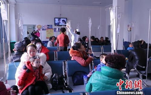 12月7日,输液室内输液的儿童。当日,记者从青海省妇女儿童医院了解到,该院近期接诊的患流感、呼吸道疾病的婴幼儿患者逐渐增多,主要原因为冬季气候干燥、交叉感染较多而引起。据了解,目前该院每天接诊约700多名婴幼儿患者,90%以呼吸道疾病为主。中新社记者 马铭言 摄
